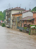 Houses near the shore of the raging river during the flood — Stock Photo