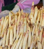 Bando de aspargos frescos frescas colhidas branco à venda no vegeta — Foto Stock