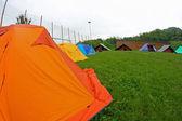 Kamperen met iglo-tenten in een weide — Stockfoto