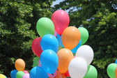 Ballonnen tijdens een feestje voor de kinderen en achtergrond bladeren en g — Stockfoto