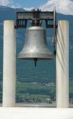 Ogromny dzwon spiżowy powyżej symbolu pokoju między narodami — Zdjęcie stockowe