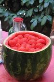 Röd vattenmelon bollar i en cocktail bar under happy hour — Stockfoto