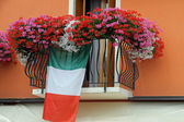 Flowering balcony with Geraniums and the Italian flag — Stock Photo