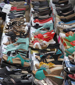 Sandals and shoes for trendy women sold at local market — Stock Photo