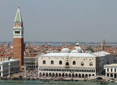 Spectacular piazza san marco in Venice with the high Bell Tower — Stock Photo
