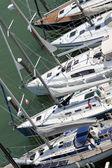 роскошные и дорогие яхты и моторные лодки пришвартованы в уп — Стоковое фото