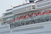 Passengers while greeting from cruise ship sets sail from the po — Stock Photo