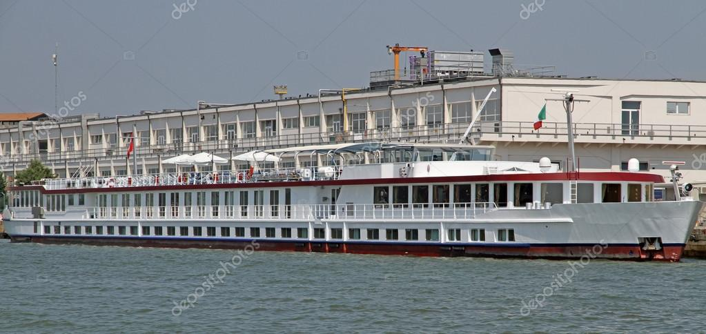 длинная лодка как называется