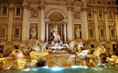 Night view of the famous Trevi fountain in Rome 2 — Stock Photo