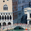 Ancient and famous bridge of sighs near the Doge's Palace in Ven — Stock Photo