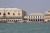 Ancient and famous bridge of sighs near the Doge's Palace in Ven — ストック写真
