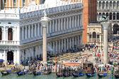 San piazza marco en venecia, lleno de turistas y la columna con — Foto de Stock