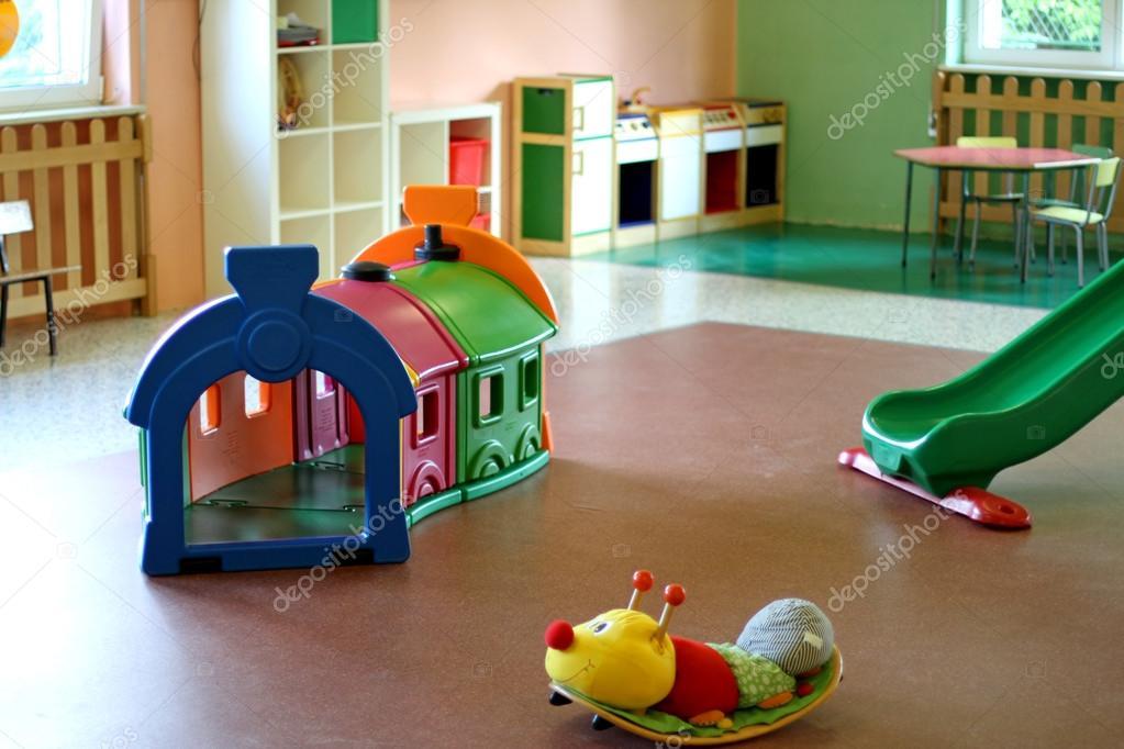 Sala de estar de um ber rio cheio de brinquedos para for Sala de estar infantil
