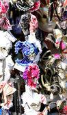 Hermosas máscaras venecianas originales hechas a mano en un stand — Foto de Stock