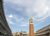 Highest and most famous bell tower in Piazza San Marco in Venice — Stock Photo