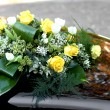 Rosese and yellow flowers to decorate the bonnet of the car of t — Stock Photo