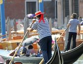 Gondolier drives his gondola on the canal in Venice — Stock Photo