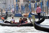 Skilled Venetian gondolier as he drives his gondola — Стоковое фото