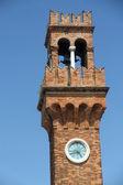 Zabytkowy stary dzwonowa wieża z zegarem na wyspie murano — Zdjęcie stockowe