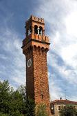 Historiska höga klocktorn med klockan i ön murano — Stockfoto