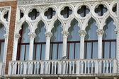 Balcone in stile veneziano, con finestre ad arco a venezia — Foto Stock