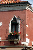 Flowery balcony in Venetian style with arched windows of a histo — Stock Photo