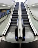 Szerokie schody ruchome, że idzie wewnątrz centrum biznesowe — Zdjęcie stockowe