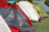 Namioty, gdzie śpią dzieci i ludzi przed weathe — Zdjęcie stockowe