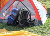 Backpacks of hikers resting above the tent — Stock Photo