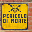 Danger of death signs with skull and crossbones written in Itali — Stock Photo