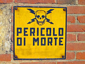 Danger of death signs with skull and crossbones written in Itali — Foto de Stock