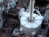 電気機械のギアに接続されている産業用モーター — ストック写真