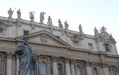 Statue of St. Peter in front of the basilica at the Vatican — Foto de Stock