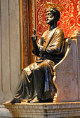 Statue of St. Peter in the Basilica in Vatican City — Stock Photo