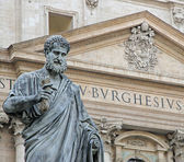 St. Peter with the keys of heaven in front of the Basilica — Stock Photo