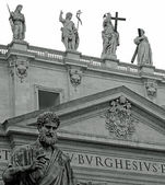 Statue of St. Peter in front of the basilica — Foto Stock