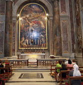 Religious faithful pray at the tomb of Pope John Paul II — Foto de Stock