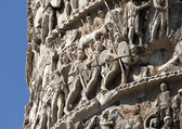 High-reliefs with scenes of war and many Romans warriors sculpt — Stock Photo