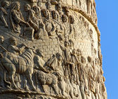 Detail of Romans warriors sculpted in Trajan's column in Rome — Stock Photo