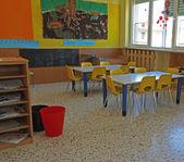 Lavice a židle z mateřské školy a mnoho plakát — Stock fotografie