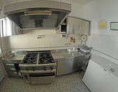 Stainless steel industrial kitchen for preparing meals with a bi — Zdjęcie stockowe