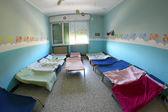 Lits avec des couvertures pour les enfants dans le dortoir de la pépinière — Photo