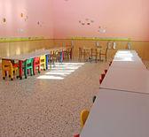 Krzesła i ławy stołówki przedszkola dla dzieci — Zdjęcie stockowe