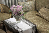 Elegant lounge for nobles in a villa with a vase of flowers — Stock Photo