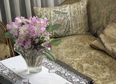 Lounge for nobles in a villa with a vase of fresh flowers — Stock Photo