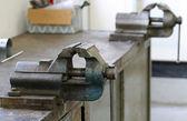 Vicios para el mecanizado de piezas de metal y un taller de carpintería — Foto de Stock