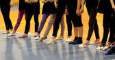 Giovani ragazze in tuta pronto per la gymnasti ritmica del file — Foto Stock