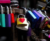 Colored locks of love in the gate of the House of Romeo and Juli — Stock Photo