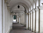 Steep descent with ancient arcades that lead tourists — Stock Photo