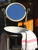 Washbasin with basin and ancient mirror of a farmhouse for sale — Stock Photo